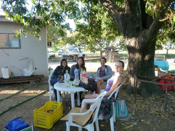 Io, Ghislaine, Rakul e Mia in pausa pranzo